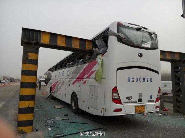 天津武清区津霸公路上一辆河南牌照旅游大巴车,与限高杆相撞.