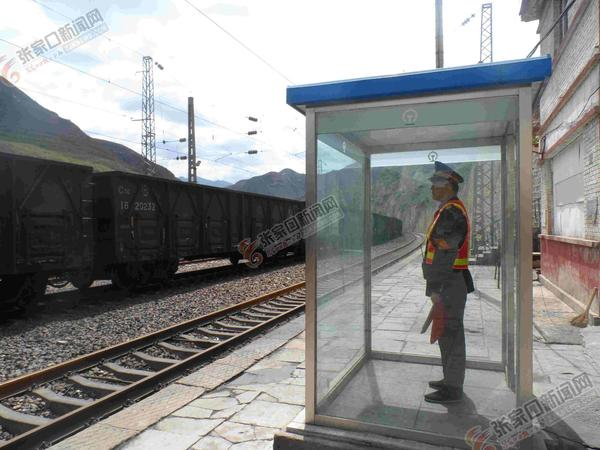 """深山小站的""""守望者"""" 深山小站铁路助理值班员目送列车通过小站。 马明明 摄"""