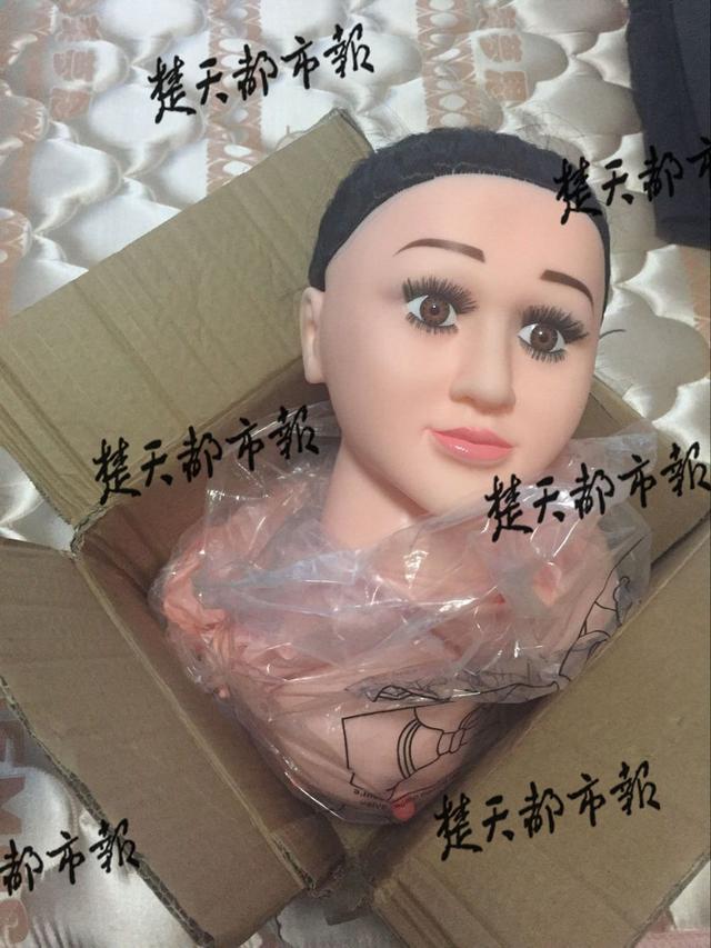 老头网购充气娃娃暖被窝:一充就漏气简直像鬼