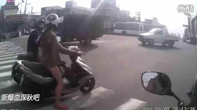 边骑车边撸!实拍男子街头边骑摩托车边猥亵一旁骑车女子