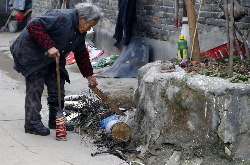 推着小车车,装着各种垃圾,陕西户县91岁孤寡老太步履蹒跚,每天靠捡拾垃圾为生。虽然社区为她申请了低保,也劝说她参加医保,但被她拒绝了,老人说,她只想有个户口。