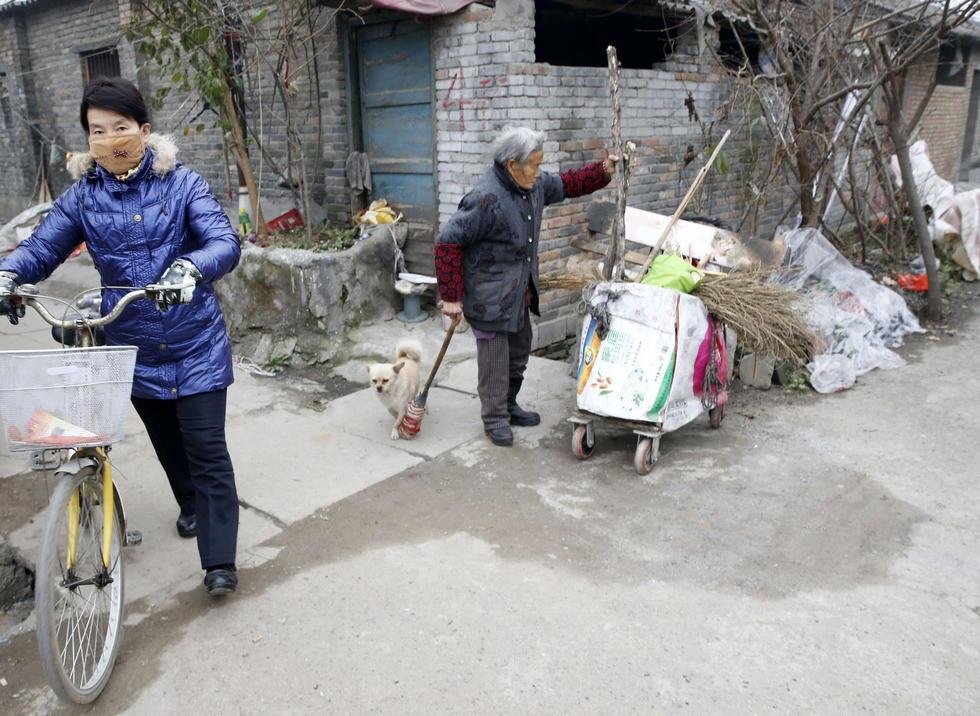 11日上午10时,在户县惠安社区附近,华商摄友董先生说,12月6日在附近村子看见了一名推着车车捡拾垃圾的老太太,觉得老人很可怜。交流得知老太太91岁高龄,无儿无女,住在附近一处平房里。老人对自己没有户口耿耿于怀,说老伴去世后,户口问题更没了着落。