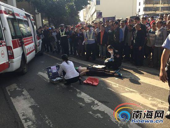 中年女子从南大桥上跳桥,接警后辖区派出所和120医务人员立即赶到现场。(南海网记者陈丽娜摄)