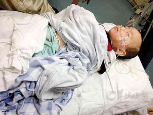 毒妇掐死亲生儿子 在尸体旁玩起了自拍