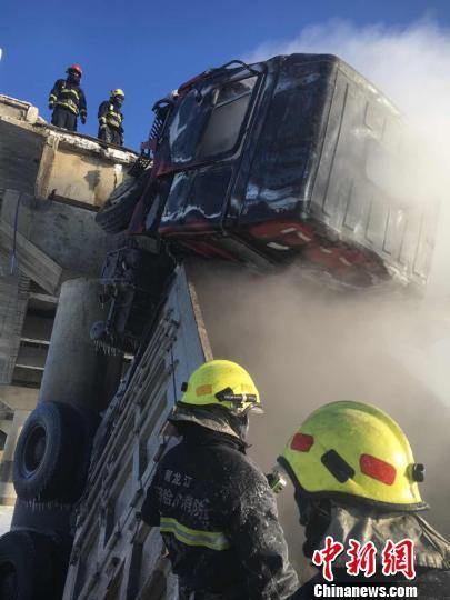 黑龙江一大桥发生坍塌 致2车坠落一人受伤(图)