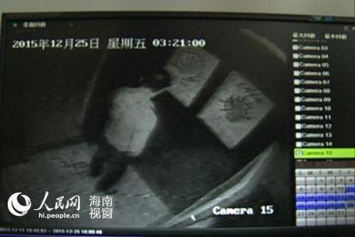 25日凌晨3时21日叶先生进入电梯