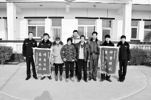 被拐26年后,杨某香被成功解救回家左四。