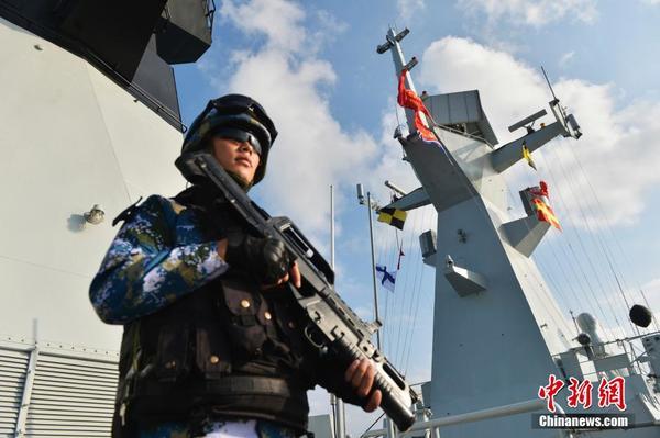 中国海军第22批护航编队官兵新年联欢 1月1日上午,中国海军第22批护航编队官兵在大庆舰举行了升旗仪式,庆祝2016年元旦的到来。图为特战队员加强警戒值班。