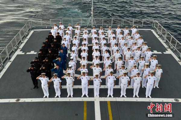 中国海军第22批护航编队官兵新年联欢 1月1日上午,中国海军第22批护航编队官兵在大庆舰举行了升旗仪式,庆祝2016年元旦的到来。图为官兵向国旗庄严敬礼。