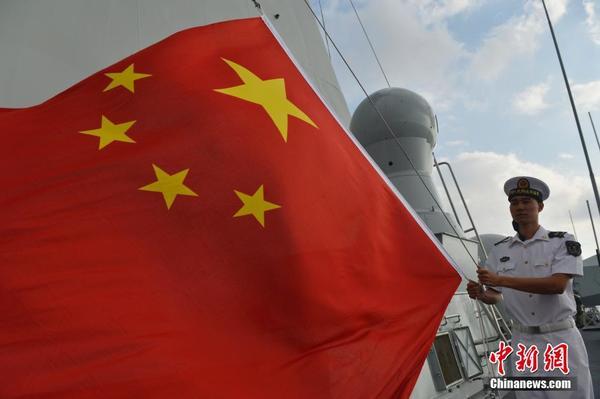 中国海军第22批护航编队官兵新年联欢 1月1日上午,中国海军第22批护航编队官兵在大庆舰举行了升旗仪式,庆祝2016年元旦的到来。图为信号兵在亚丁湾将五星红旗升起。