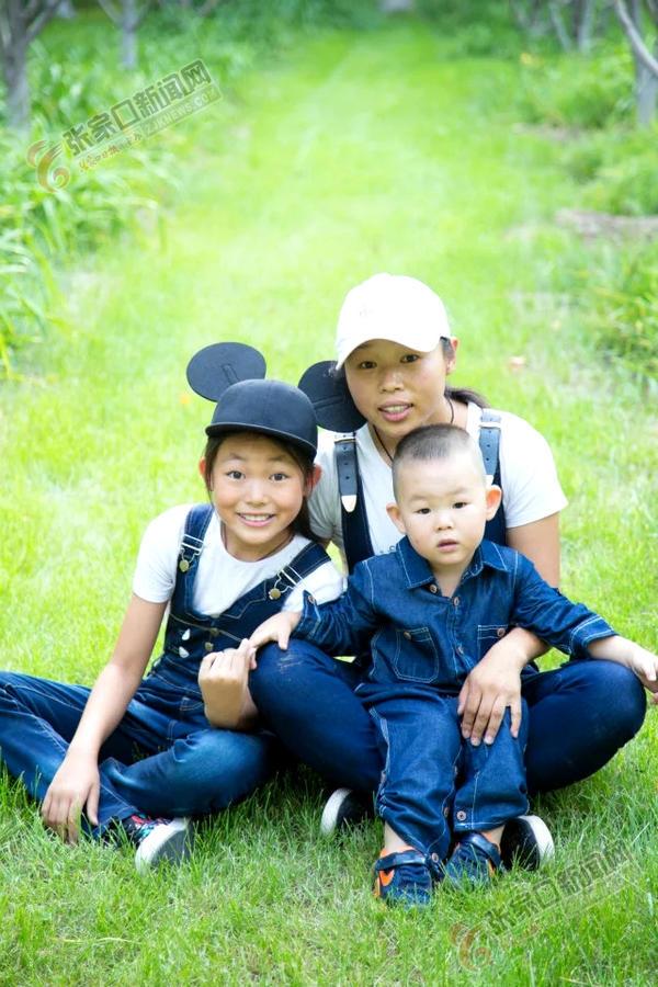 """""""然妈""""的幸福日记 然妈和两个孩子。"""
