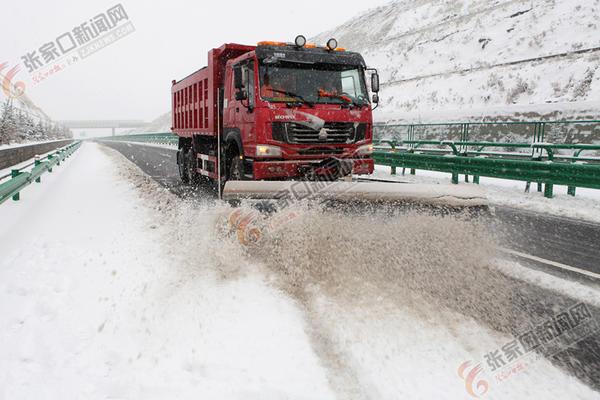 张家口市迎来今秋初雪 高速公路养护人员利用大型机械在张承高速崇礼段清理积雪。武殿森 祝汉国 摄