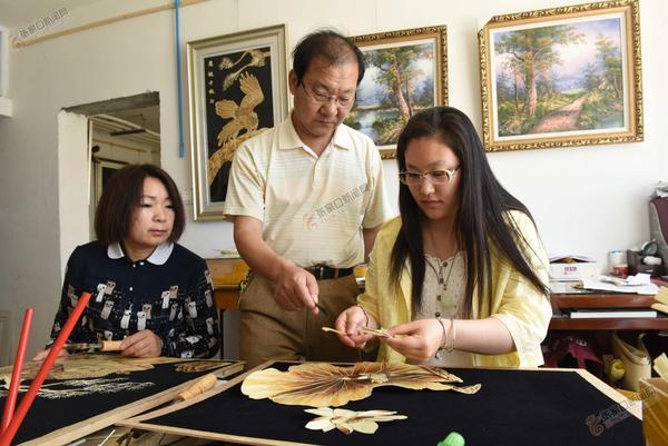 光大麦秸艺术 图为芦俊侠正在指导学员创作。英人 摄