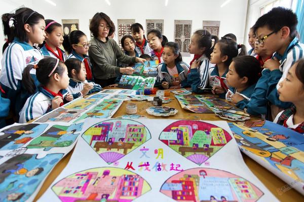 小手画文明 图为老师带领学生创作连环画。和颖摄