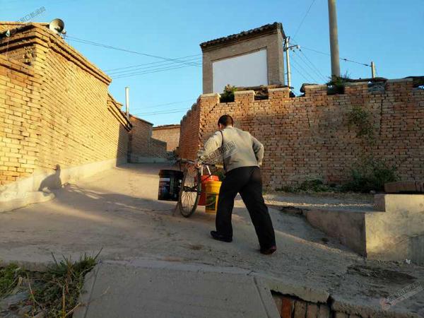 """水泉村""""三大工程""""将渐次开工 村民用小推车运水。"""