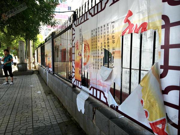 林园路公益宣传画遭人为损坏 公益宣传画被人为损坏。 林琴 摄