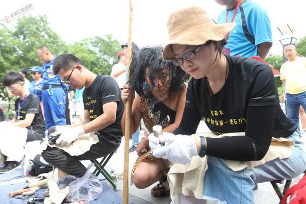 【创城进行时】首届中国旧石器文化节暨第三届泥河湾公众考古周举行 来自高校的考古专业学生在现场打制石器。武殿森田建辉摄