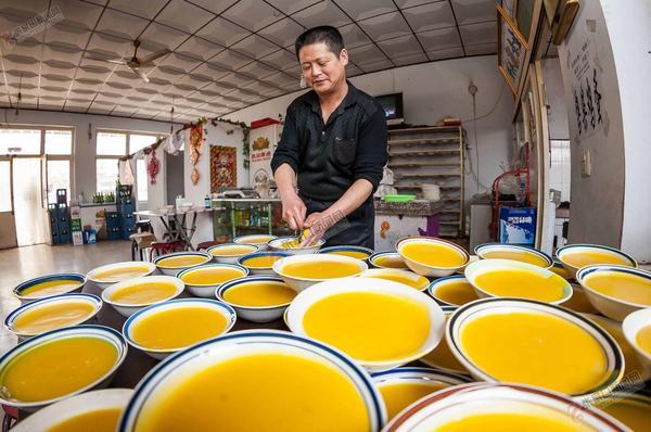 揣骨疃小吃创造舌尖上的财富 冯五毛凉粉店内黄橙橙的凉粉。