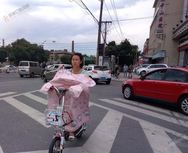 【创城进行时】三伏天来了,张家口市民出行多注意 骑电动自行车市民防晒有方。