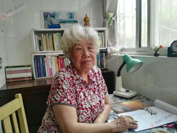郭玉芬:巧手添彩 编织精彩晚年