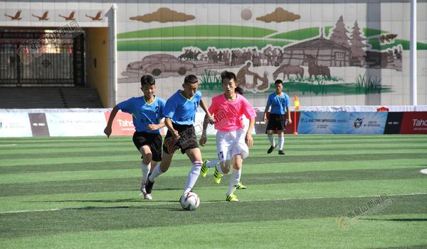 张家口市第八届市民运动会青少年甲组足球赛首日比赛侧记
