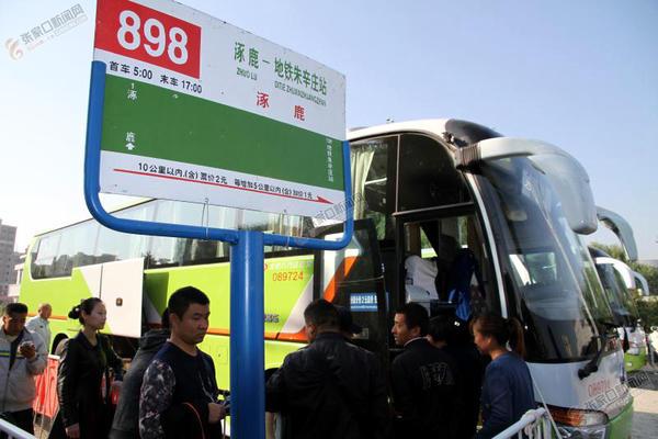 【砥砺奋进的五年】京张跨区域公交带来便捷出行 乘客正在等待乘坐898路公交车。