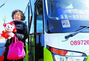 【砥砺奋进的五年】京张跨区域公交带来便捷出行 市民快乐地享受898路公交车带来的便捷。