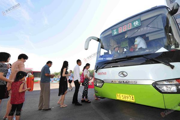 【砥砺奋进的五年】京张跨区域公交带来便捷出行 乘客排队上车。