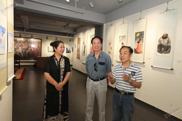 """两位古稀老人""""回家""""办画展 俩画家同办画展。 右为殷占堂,中为刘耕涛。 曹东宇 摄"""
