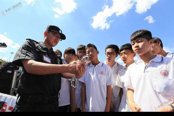 """【砥砺奋进的五年】让百姓见证""""阳光司法"""" 警营开放日活动。"""