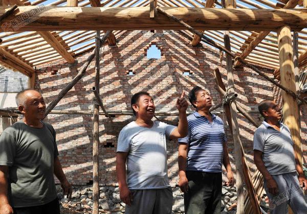 """【砥砺奋进的五年】孙玉贵""""三次跨越""""传承民俗文化 孙玉贵(左二)和工匠们在一起交流。"""