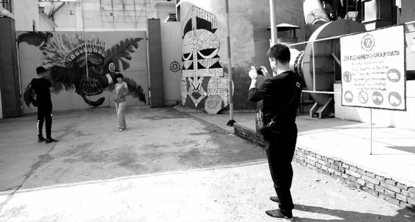《战狼2》拍摄地赵川铁厂借势转型 游客参观赵川铁厂。 郭俊和 摄