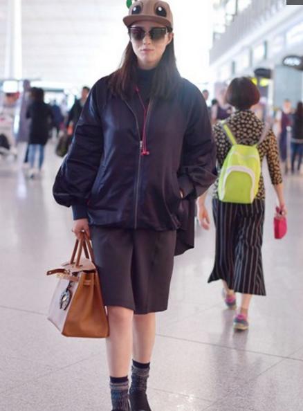 蒋欣现身机场,看到她的腿,网友傻眼了