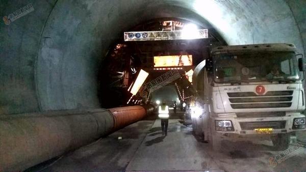 劳动竞赛 图为10月8日建设者在洞内逐窗分层浇筑衬砌混凝土。 曲志忠 摄