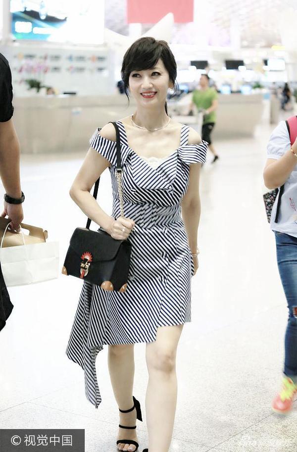 赵雅芝露肩裙秀好身段 获粉丝一路跟拍甜笑
