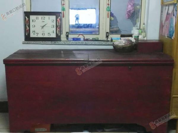 """【""""我家有'宝'""""系列报道之十六】50载老木柜装满流光岁月 袁俊义家的老木柜。"""