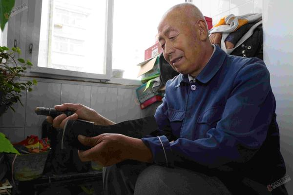 【创城进行时】耿德贵义务修鞋23载 耿德贵在家中为居民修鞋。