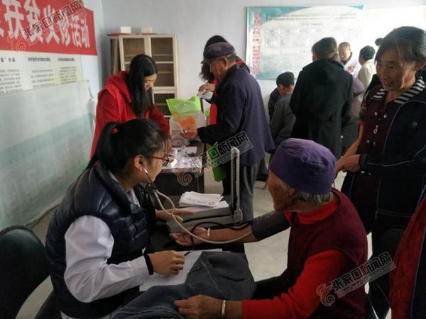 驻村工作组联手医务人员为村民义诊 医护人员为村民义诊