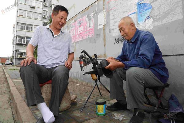 【创城进行时】耿德贵义务修鞋23载 耿德贵在修鞋摊点为居民服务。