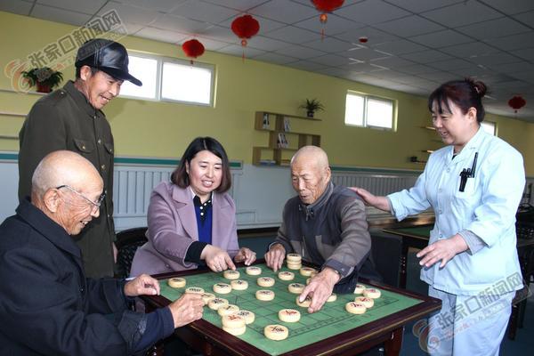 让老年公寓有家的感觉 高海清陪公寓中老人们下棋。
