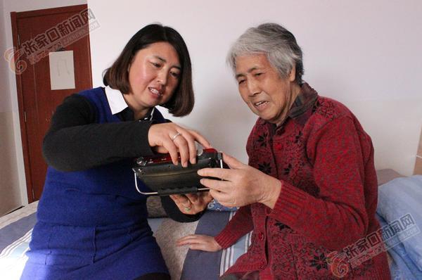 让老年公寓有家的感觉 高海清帮助老人调试收音机。 冀泽民 摄