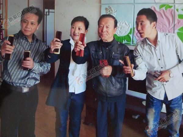 """杨振华:此生痴迷""""四块瓦"""" 杨振华(左三)和他的学生在一起。"""