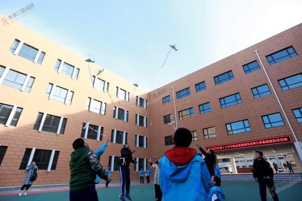 张家口经开二小与北京十八中结成友好学校 经开区第二小学与北京市第十八中学教育集团同学共同放飞航模。