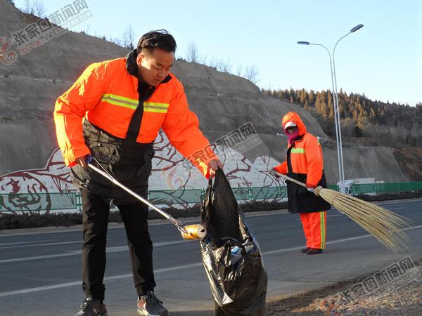 """刘辉:城市快速路的""""美容师"""" 刘辉正在快速路清理垃圾。"""