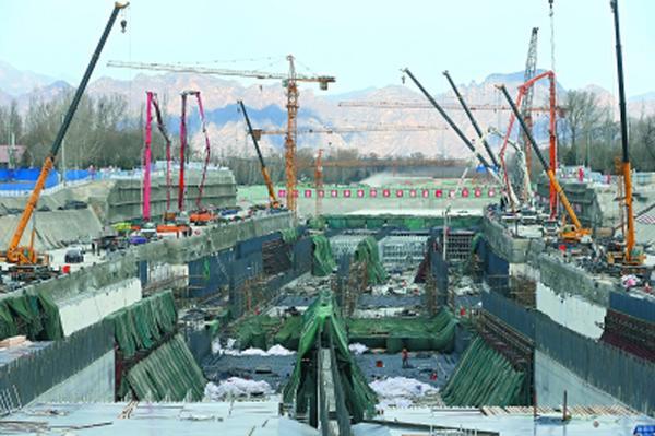 """延崇高速將兌現冬奧50分鐘轉場承諾 盡管已進入""""三九""""寒冬,作為冬奧會、世園會重點交通保障項目的延崇高速(北京段)施工仍在如火如荼進行之中。圖為正在進行基礎結構施工的媯水河隧道工作面。"""