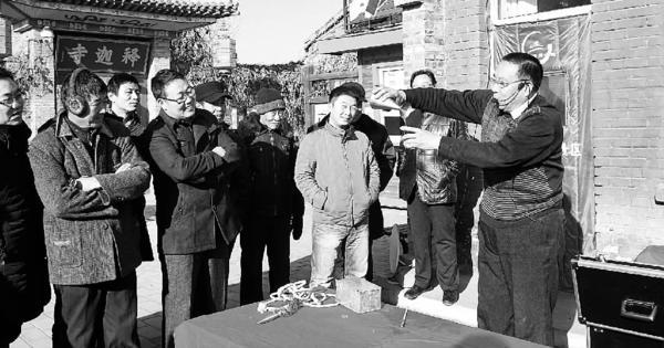 古稀老人王玉泉:耍把式助力蔚县年俗旅游 王玉泉为观众表演。