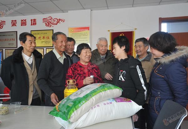 老党员送温暖 图为老党员志愿者慰问王润英一家。李小永 李永成摄