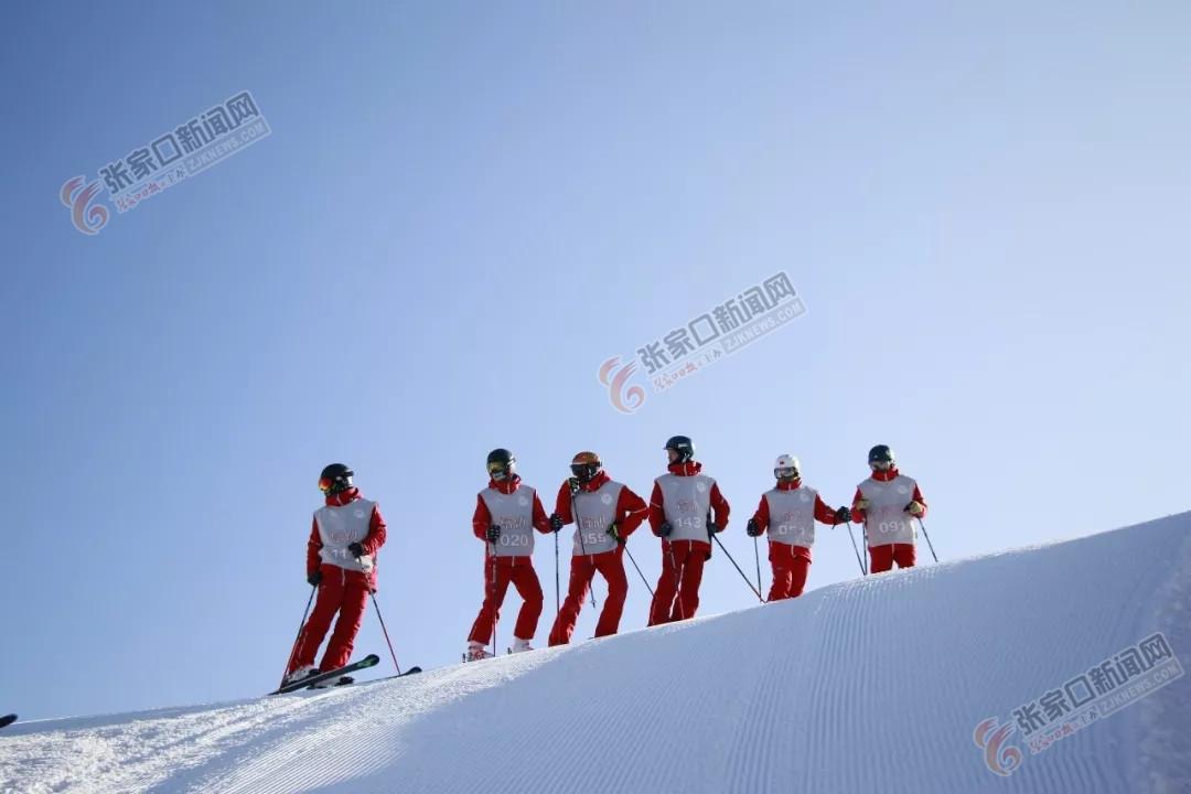 """雪场""""红衣天使""""守护雪友安全"""