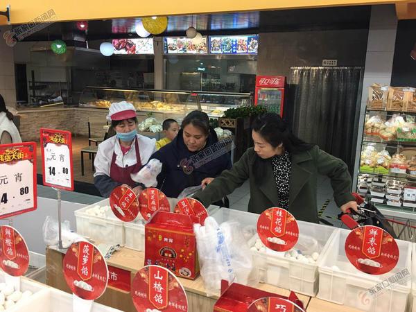 元宵节将至 元宵汤圆热卖 市民在选购元宵, 汤圆。