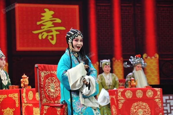 正月里唱大戏 图为2月26日在工人文化宫上演戏剧的情景。 李小永摄